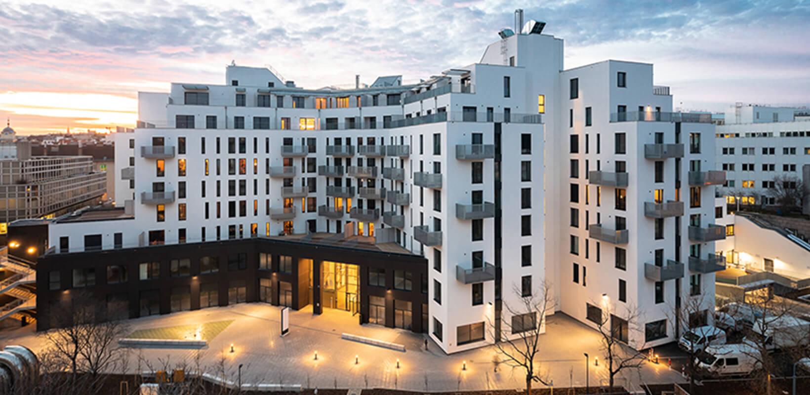Večerní pohled na bytový komplex Althan Park, Vídeň, Rakousko