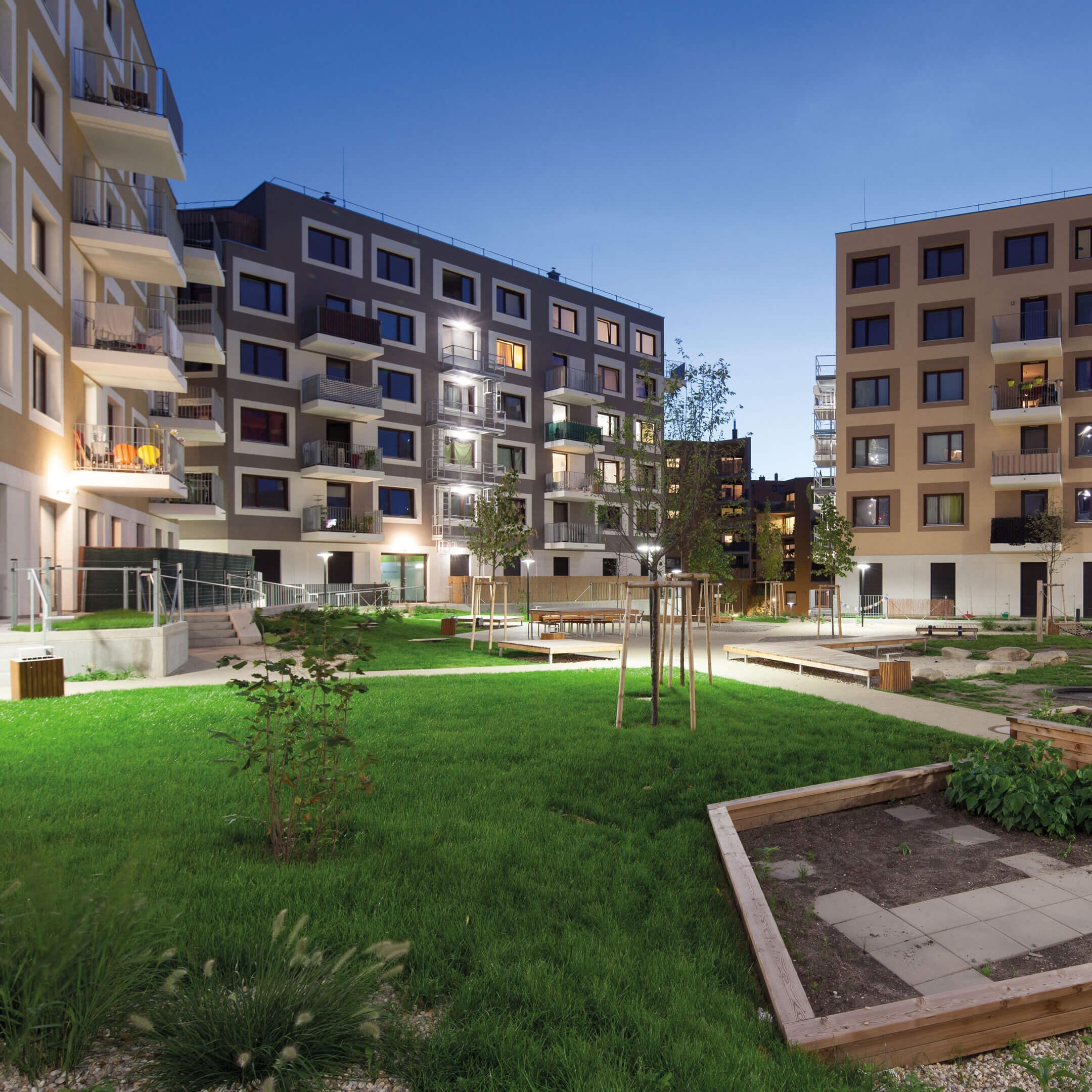 Noční pohled na rezidenční projekt: Dům pro život, Aspern, Rakousko