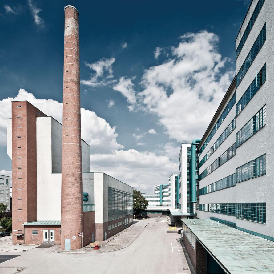 Pohled na továrnu s komínem