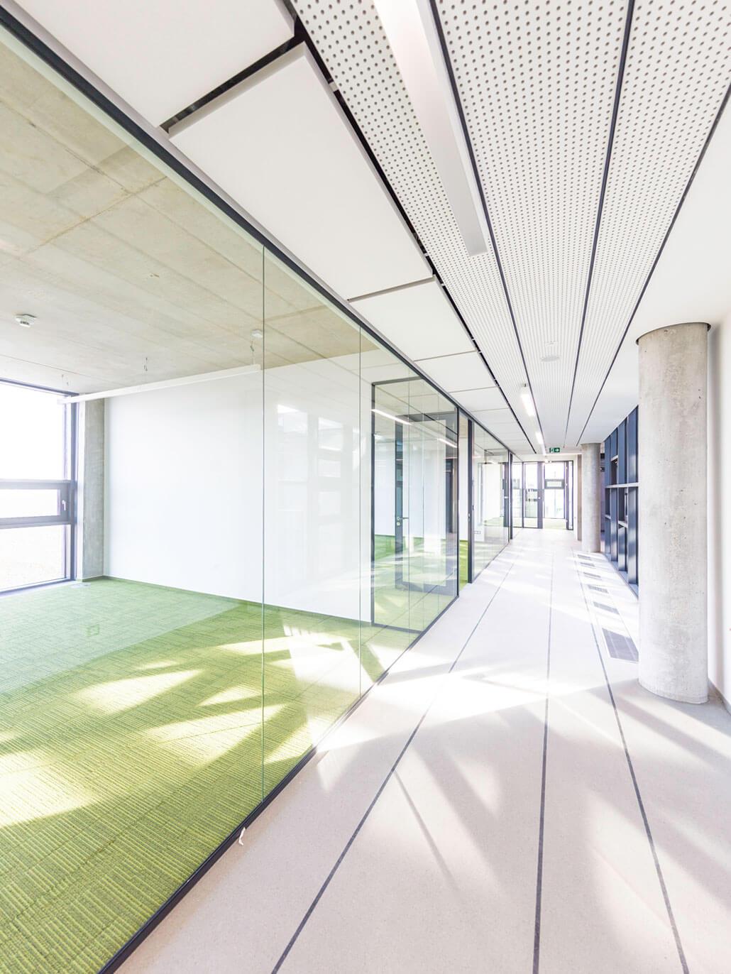 Chodba s kancelářemi v administrativní budově EKOM, Piešťany, Slovensko