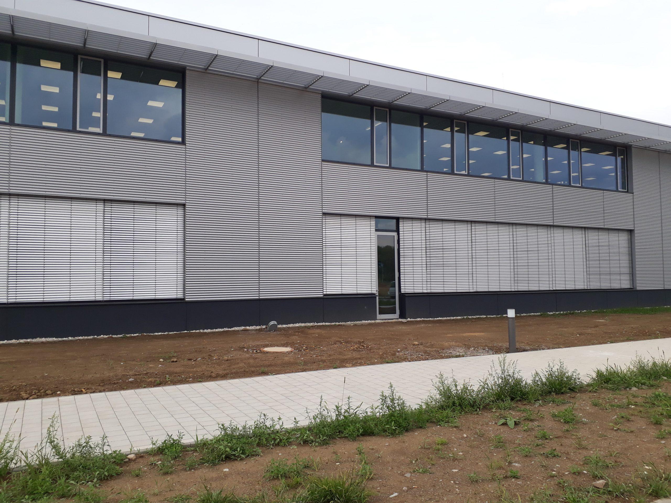 Pohled na administrativní budovu s výrobní halou