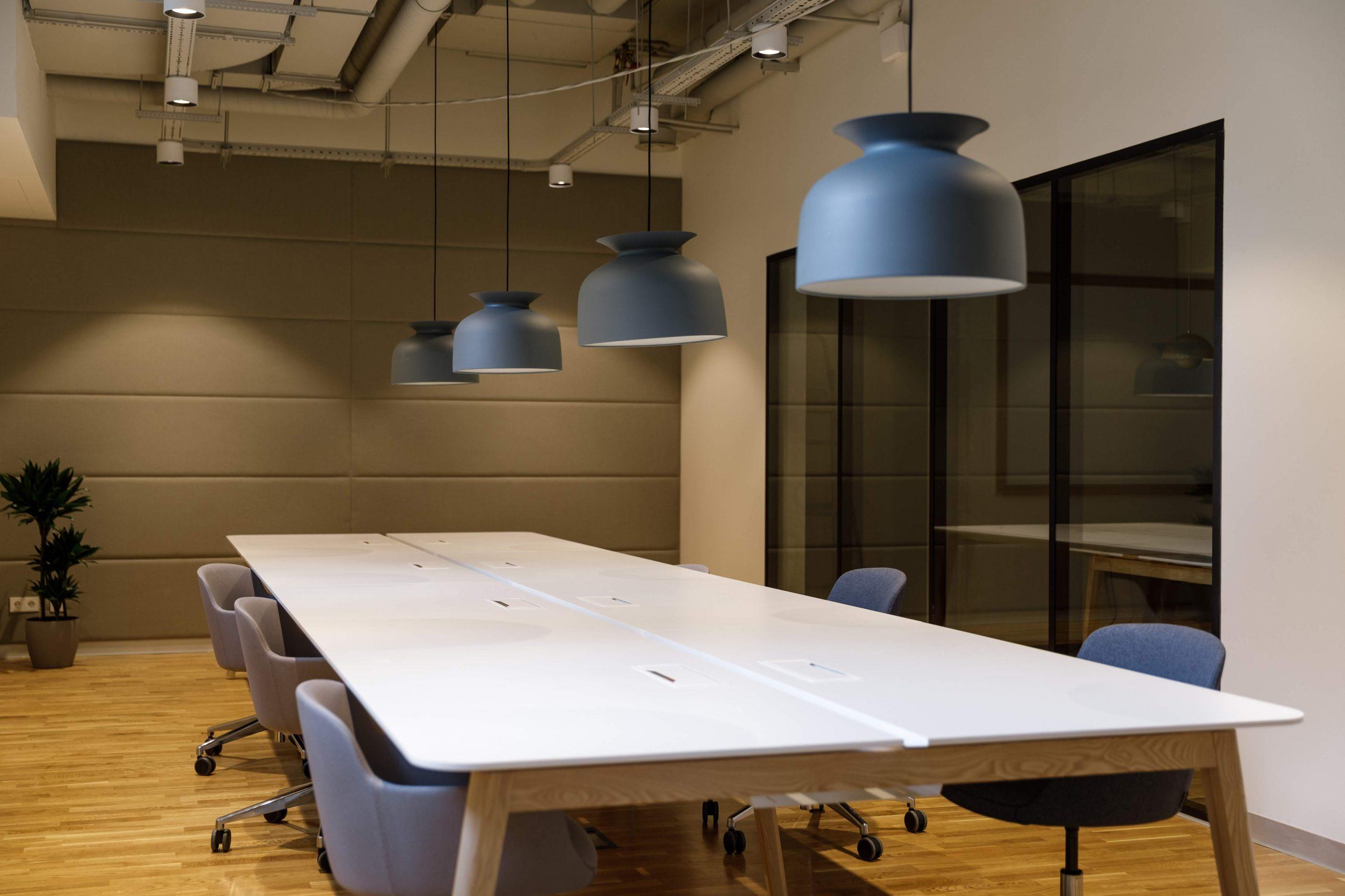 Konferenční místnost s obdélníkovým stolem ve SPACES v Kyjově