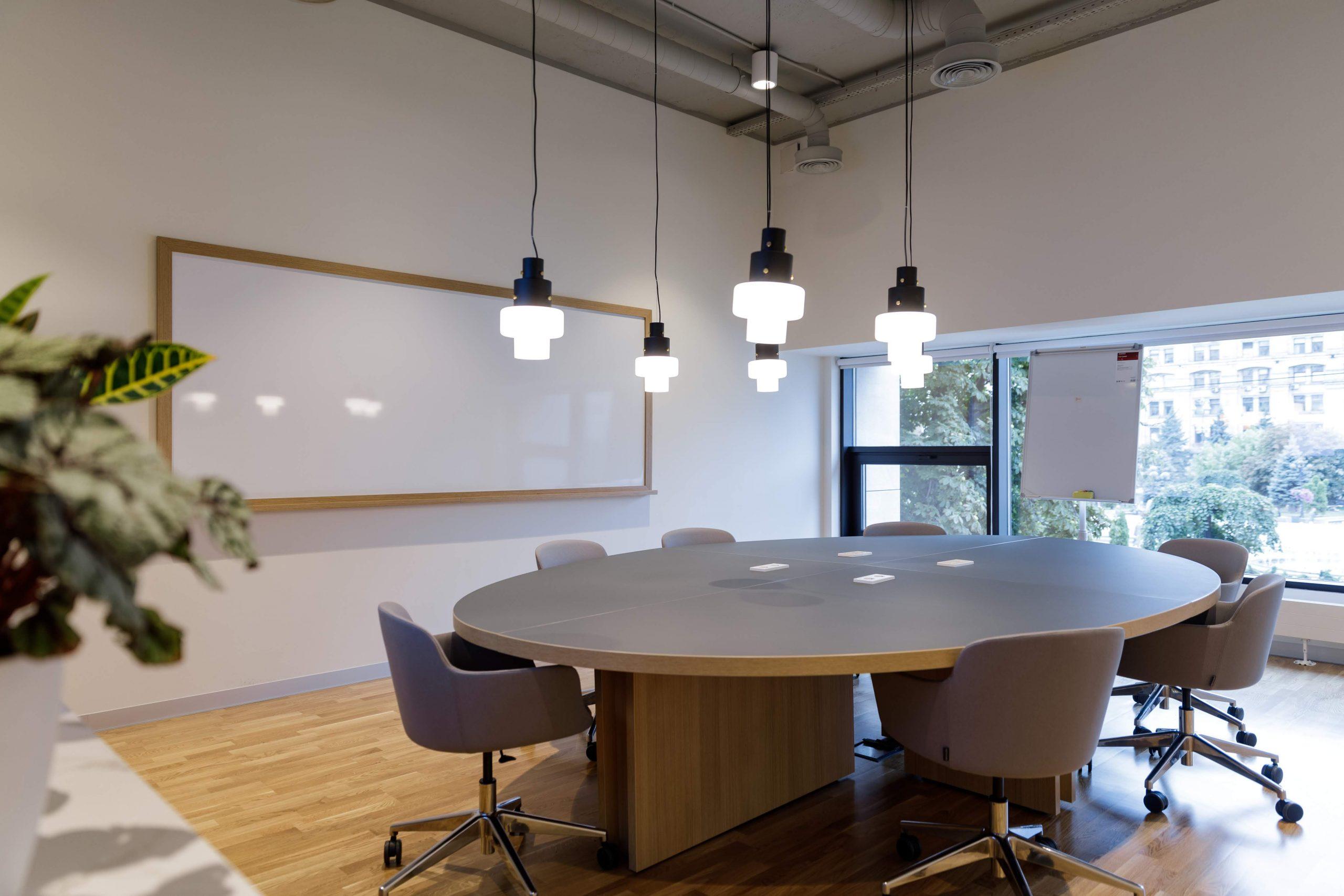 Konferenční místnost s kulatým stolem v administrativní budově SPACES