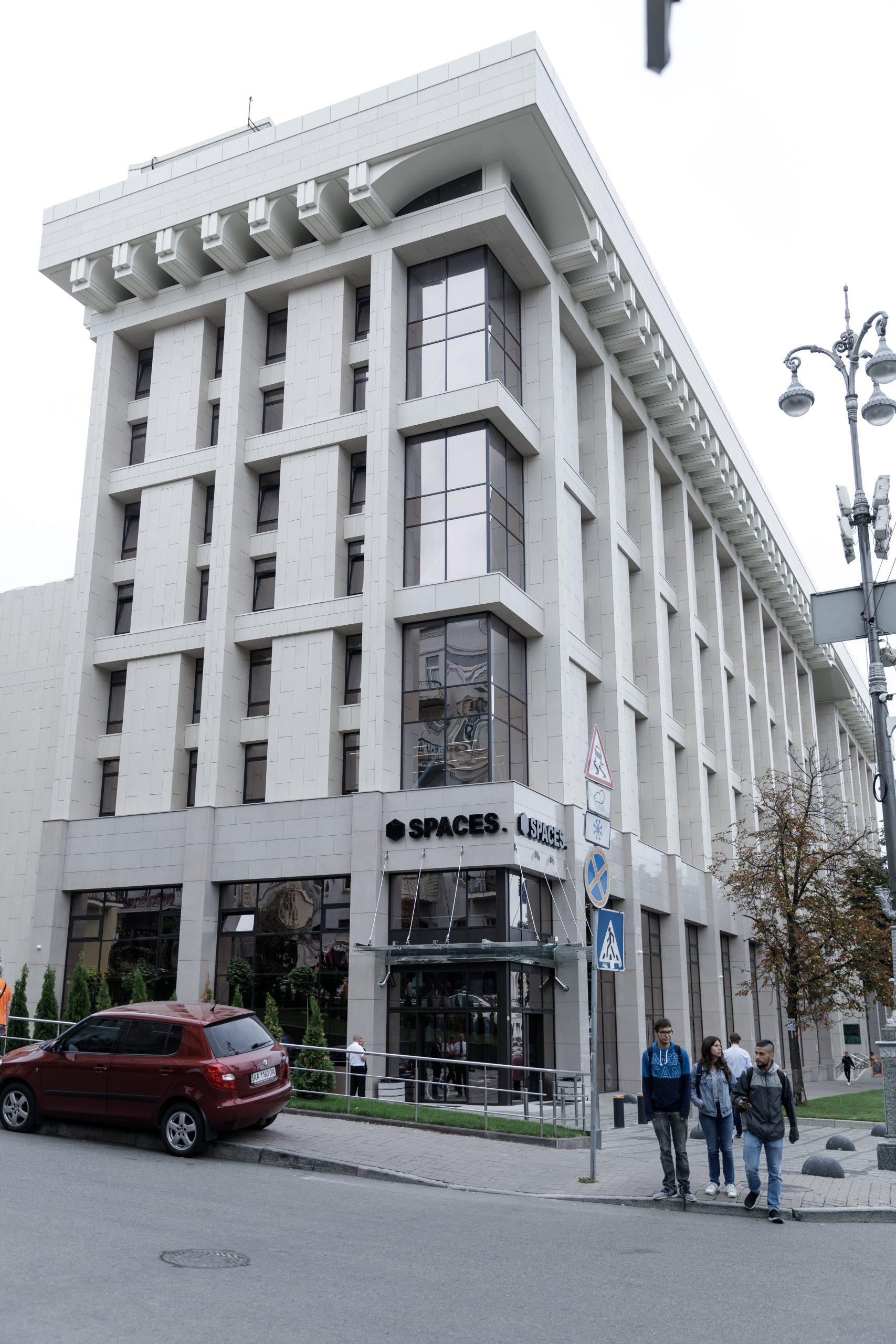 Pohled z ulice na administrativní budovu SPACES v Kyjově