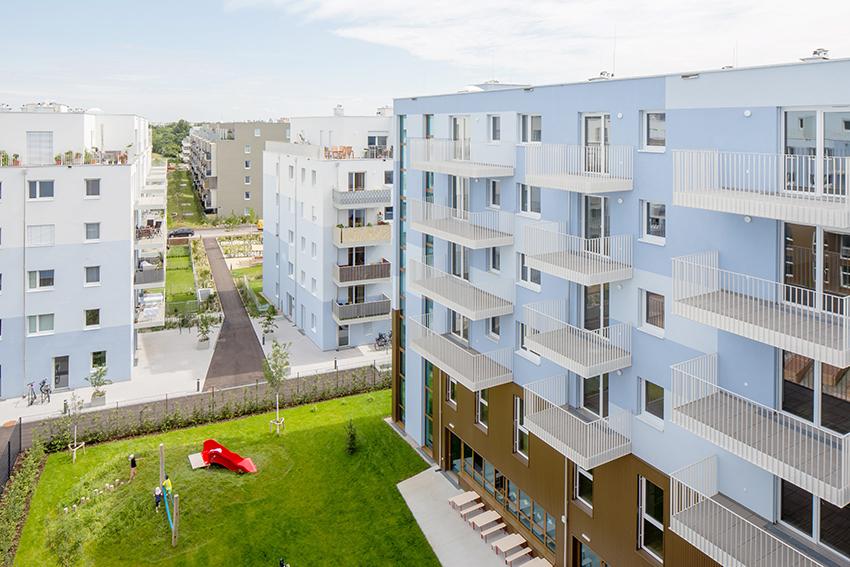 Balkóny bytového domu a klouzačka Schichtgründe ve Vídni