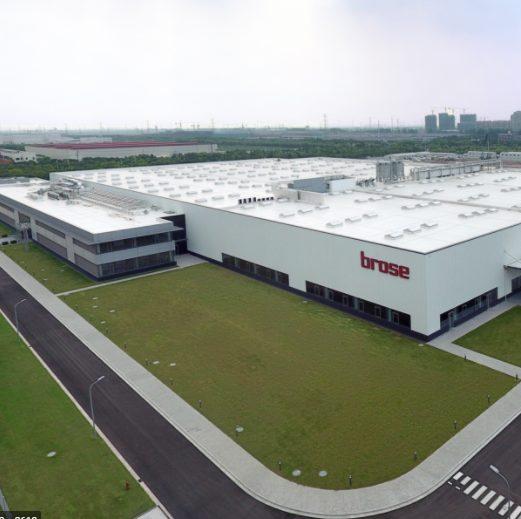 Vnější pohled na administrativní budovu s výrobní halou Brose na Slovensku