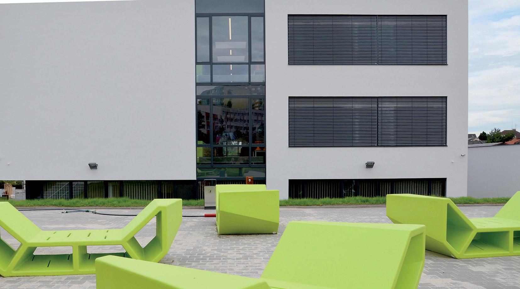 Posezení u Rakouského gymnázia v Praze