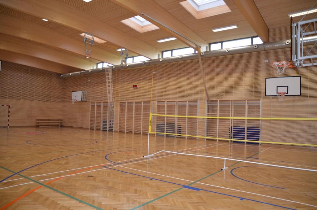 Tělocvična s badmintonovou sítí v Rakouském gymnáziu v Praze