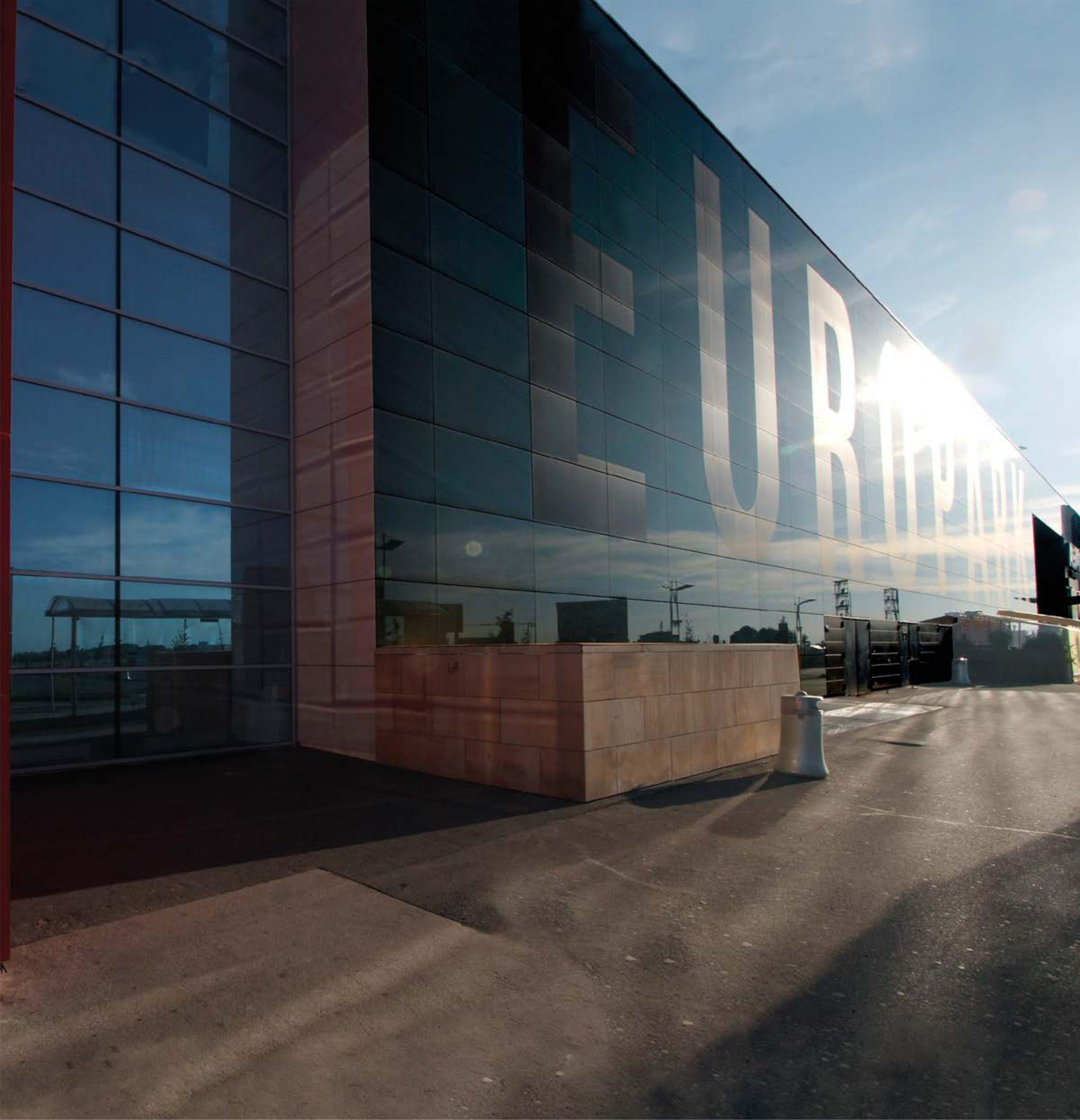 Přední strana obchodního centra Europark v Praze