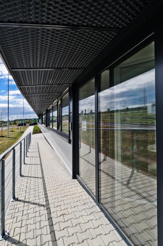 Administrativní budova společnosti Dirac Industries prosklené příčky ukázka architektury společnosti DELTA