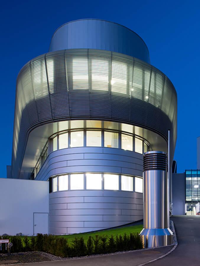 Pohled na budovu chirurgického centra nemocnice Milosrdnách sester v Rakousku z příjezdové cesty