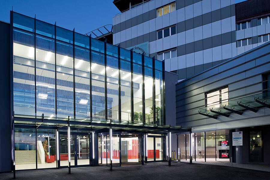 Pohled na vstupní halu chirurgického centra nemocnice Milosrdných sester