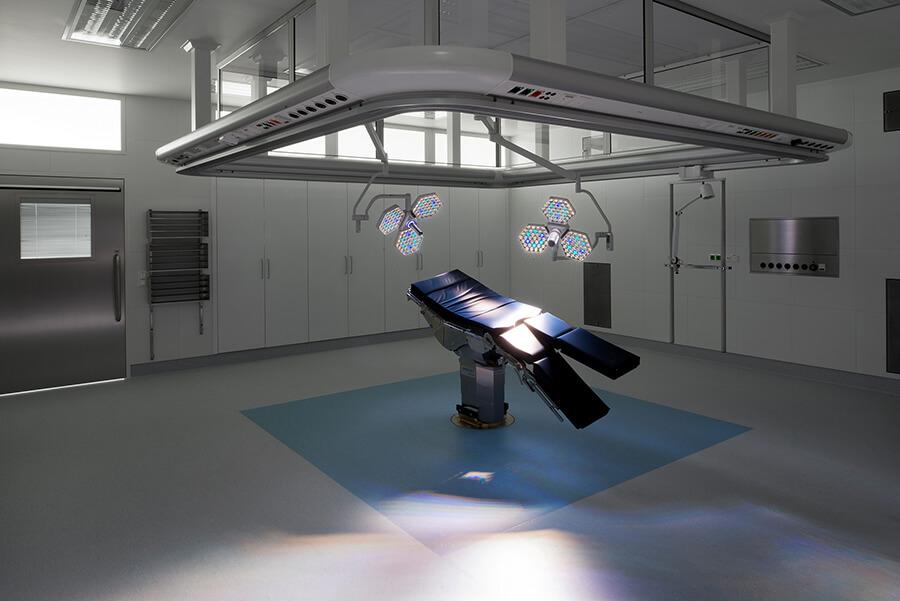 Operační sál v Centrálním chirurgickém centru nemocnice Milosrdnýcg sester BHS Ried v Rakousku
